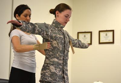 Kobieta przechodząca badanie podczas komisji wojskowej