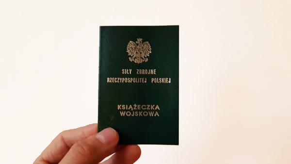zdjęcie zielonej książeczki wojskowej