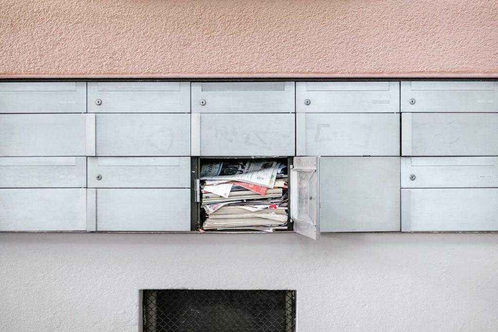 skrzynka pełna listów