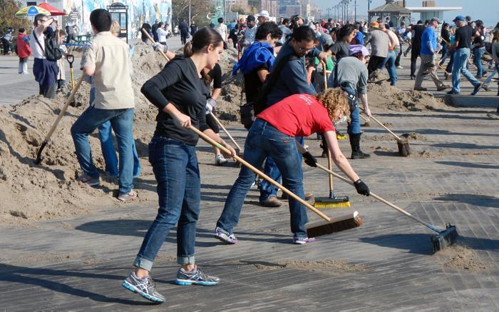 Ludzie sprzątający po katastrofie naturalnej