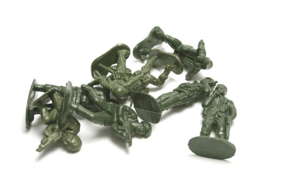 poprzewracane, plastikowe żołnierzyki